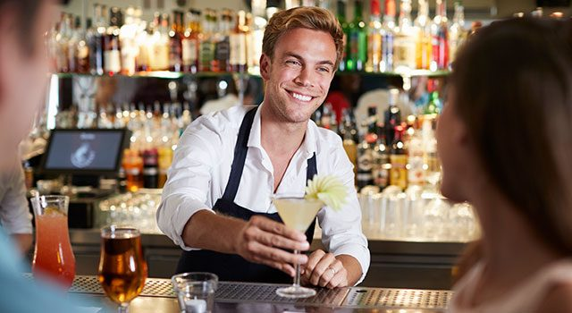 Barmann serviert Cocktails im Billard im Billard Café Insel Neuwied
